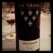 Os Tawnies são uma ótima escolha para presentear por durarem muito depois de abertos. O Graham's Six Grapes é feito com uvas dos mesmos vinhedos que dão origem aos vintages da casa. Só que, em vez de envelhecer na garrafa, envelhece no barril. Está por R$ 185 na mistral