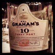 Considerado o melhor Tawny 10 anos pela revista Decanter, o Grahm's 10 years old Tawny é muito frutado e fresco. Ser um Tawny 10 anos significa que os vinhos do blend têm em média 10 anos. Ou seja, há vinhos muito velhos e vinhos jovens misturados aí. Sai por R$ 240 na mistral