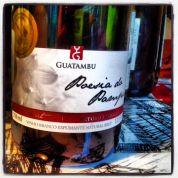 No happy hour para o pessoal da redação do Huffpost Brasil, o primeiro vinho de uma série de 12 foi o espumante Guatambu Poesia do Pampa Brut, da Campanha Gaúcha, um corte de chardonnay e sauvignon blanc. Com aromas cítricos, de pera, seco. Ficou ótimo com as castanhas (amendoim, caju, Para, amêndoa e pistache)