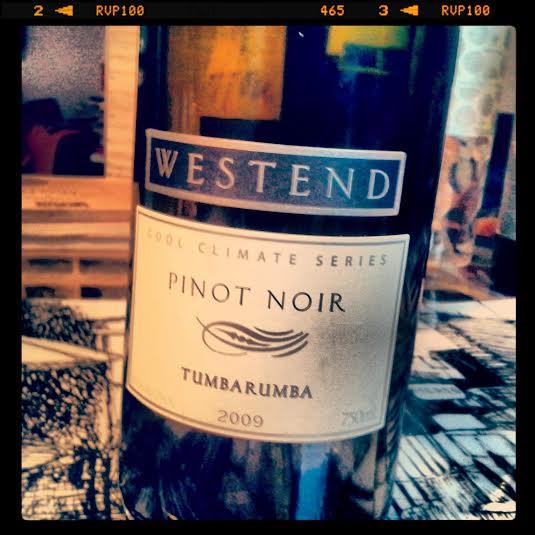 O tinto australiano Westend Cool Climate Series Pinot Noir 2009, da vinícola Westend, em Tumbarumba (Nova Gales do Sul). A gente costuma achar que a Austrália só produz syrah e cabernet saivingnon, vinhões pesados, cheios de madeira. Mas, em regiões mais frias, como é o caso da alta Tambarumba, os australianos têm produzidos ótimos brancos e ótimos pinot noirs, o tinto que se dá bem onde o branco se dá bem. Para um pinot, o Westend Cool Climate tem bom corpo, mas isso não tira a sua elegância. Jovem ainda, apesar dos 7 anos, tem aromas de frutas escuras, algo animal, algo terroso. Vai longe. No happy hour, combina com embutidos, queijos de massa dura, petiscos com carne. Custa R$ 154, na KMM.